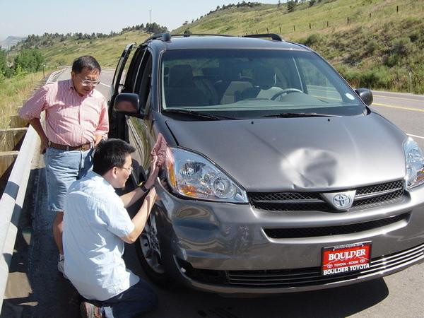 檢查車體確定是否可以撐到維修廠的姊夫和姨丈