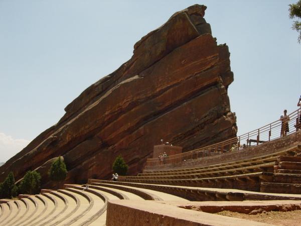 被大紅巨石包圍的露天劇院