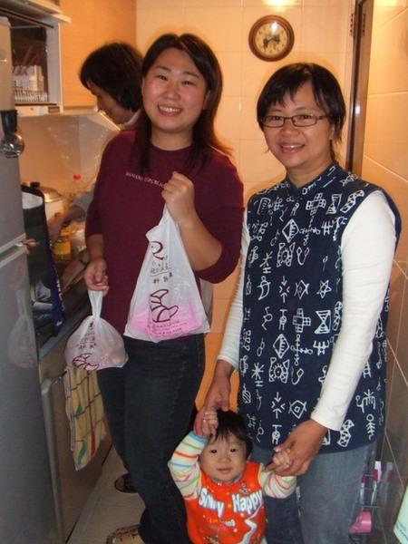 LINGO、花姐、杜小弟跟花娘大家擠在廚房
