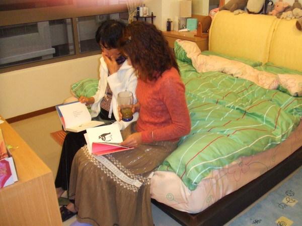 坐在我房間看繪本的舅媽跟菀琪