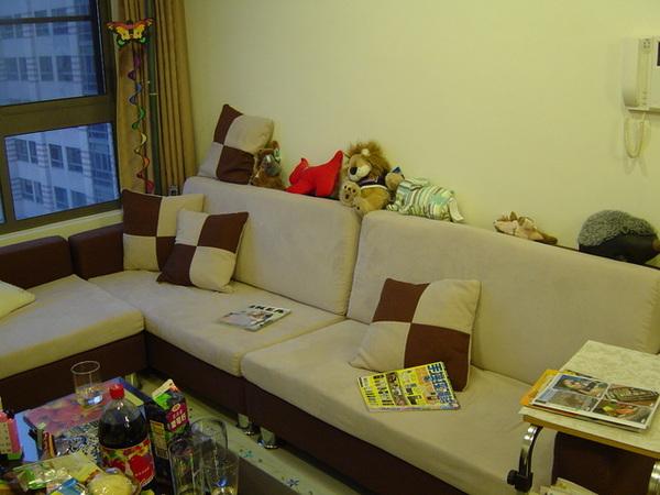 朋友離開後杯盤狼藉的茶几和雜亂的沙發