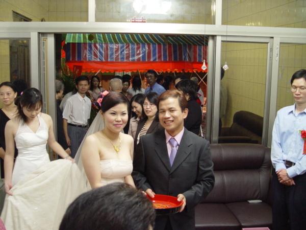 新娘剛過家門,後面那個不專心的傢伙就是我
