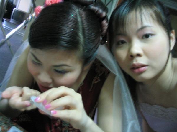 新娘跟伴娘在所謂準備期間所作的事情就是自拍