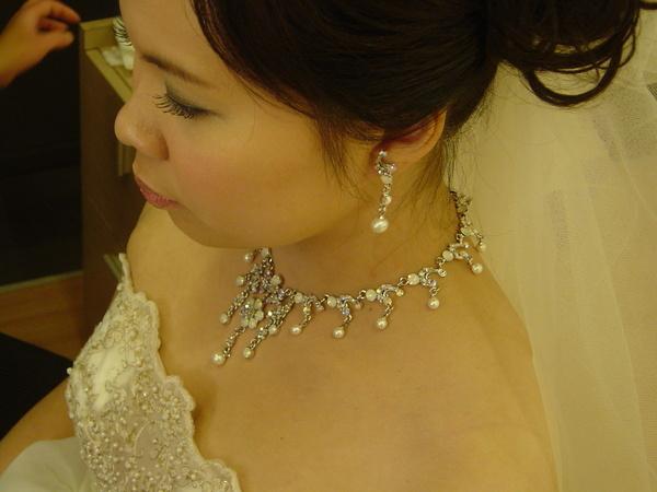 白紗的頸飾及耳環