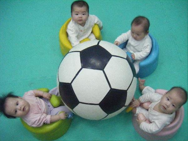 990604-2寶貝玩大球.jpg