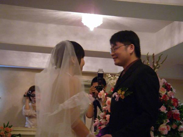 交換戒指後,新郎可以親吻新娘了