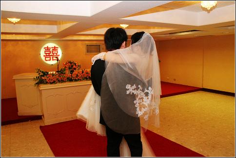 每個風光的新娘抱背後都有一個咬緊牙關苦撐的男人