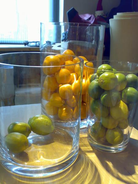 放在我旁邊的水果們,不只是擺飾,好幾次有人來把檸檬拿走,應該是去打成汁了 XD