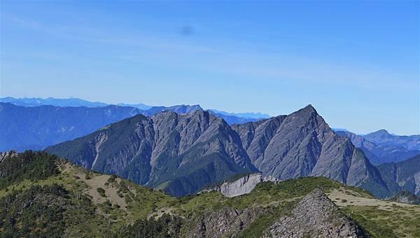 照片 213-南湖東峰望中央尖山、南湖冰帽.jpg