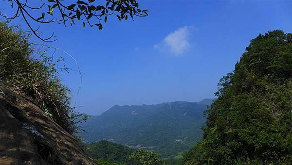 照片 010-兩山間眺平溪及遠山.jpg