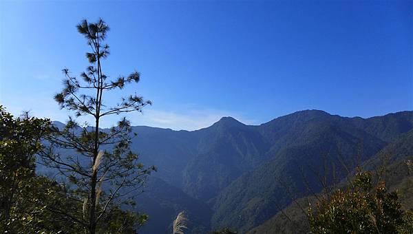 照片 001-西丘斯山(左)和雪白山.jpg