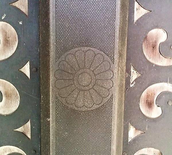 十六瓣菊紋的銅飾.jpg