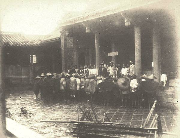 1895年日軍在孔廟召集軍伕講話情景 (p-74-75).JPG