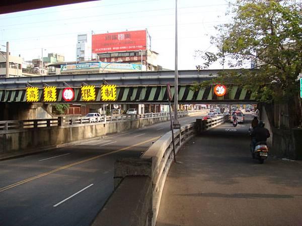 騎機車道,過鐵道後大順機車行旁即是三力入口.JPG