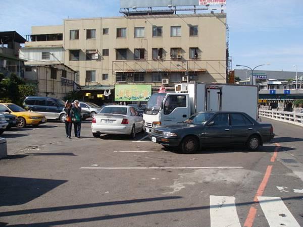 三力桌訓另一個可停車的停車場.位於復興路與林森路口旁的.復興市場地下室.JPG