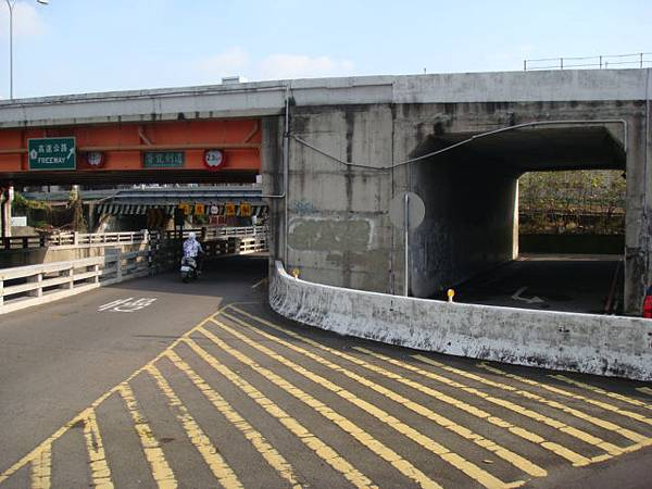停好車後,走過高架涵洞約一分鐘,過鐵路即是大順機車行,旁邊的大漢手藝行進入三力B1.JPG