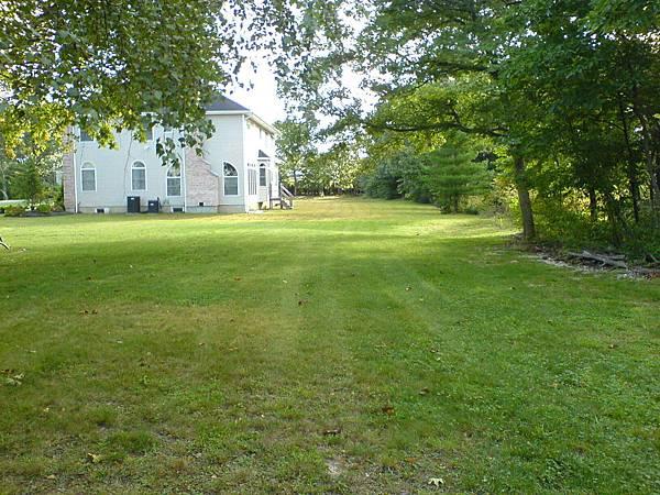 和鄰居後院連成像似高爾夫球場.JPG