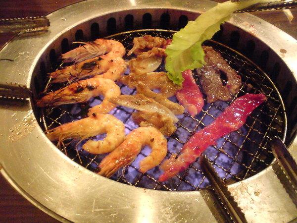瞧的咧~超好吃的燒肉和蝦蝦唷