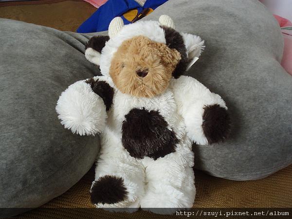 穿著乳牛裝滴熊^^
