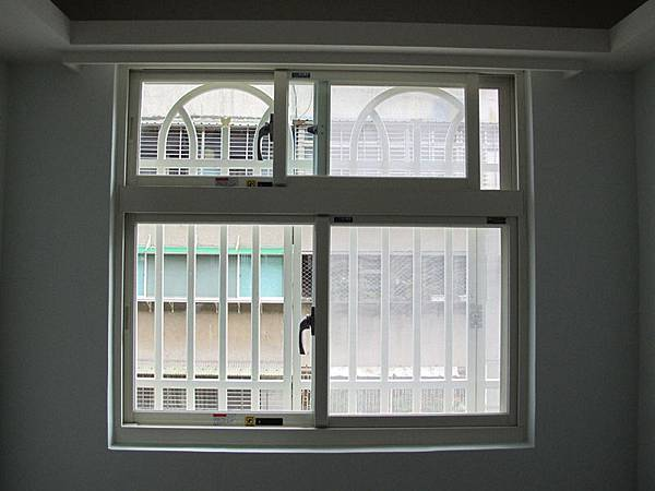 兩拉開天氣密窗 + 純白鋁穿梭管