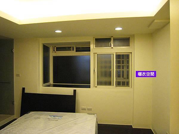 (右)兩拉開天氣密窗 + 鋁穿梭管 + 逃生門(左)開天固定氣密凸窗 - 套房愛用!