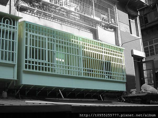 (內)氣密窗 + (外)鋁穿梭防盜窗 + 置物櫃
