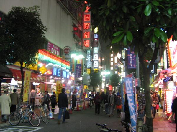 新宿晚上的街道.jpg