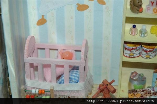 嬰兒床裡有嬰兒喔~去袖珍博物館時順便買來加進去的~