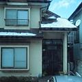 屋頂殘雪的民宅
