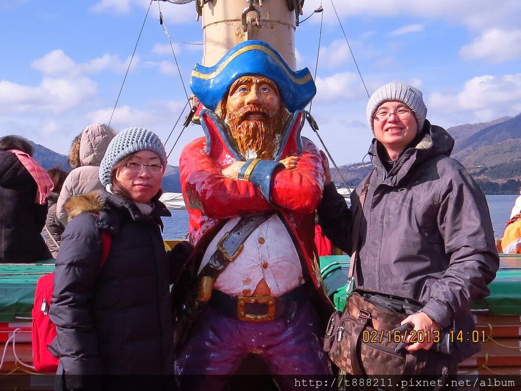 與海盜船長合照