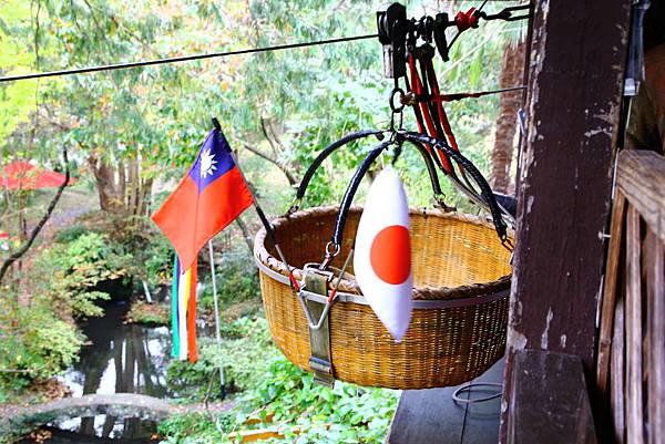 掛上國旗的竹籃