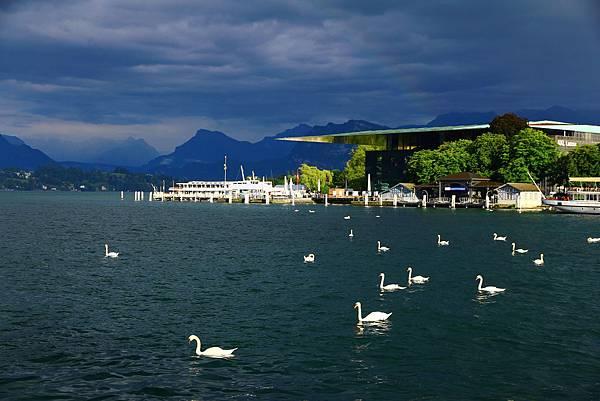 太陽雨中的琉森湖