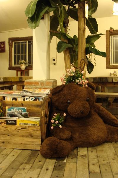 溫馨的超大熊等著迎接客人的到來~