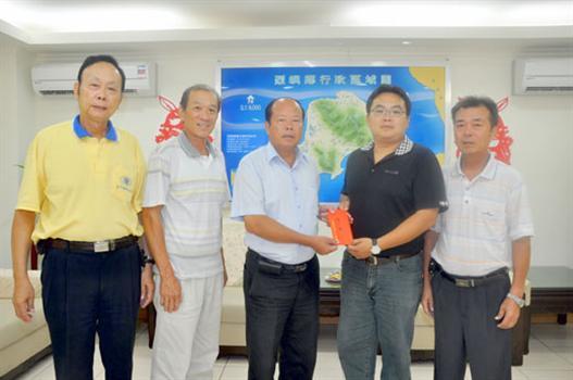 20110906-東坑榮獲全國防疫績優獎烈嶼鄉長洪成發贈紅包肯定