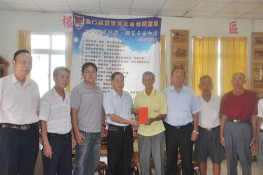 20110905-東坑社區獲防疫績優獎省府贈程儀