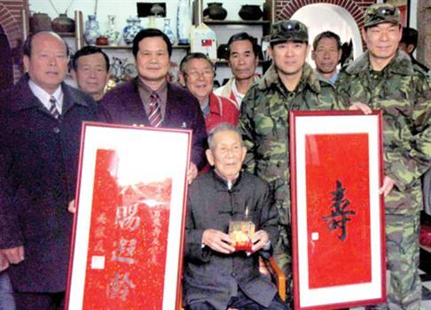 20110225-烈嶼百歲人瑞慶生馬總統贈壽屏