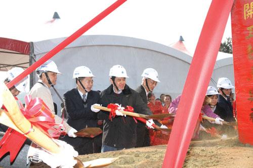 20110110-馬總統持鍬為金門大橋開工