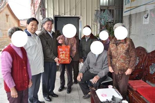 20110121方天吉代表李縣長下鄉慰問低收入戶及老人團體.jpg