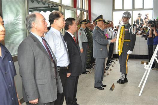 20100727-大二膽戰役六十週年紀念大會向老英雄表達敬意