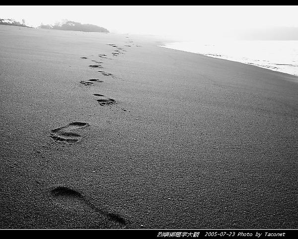 遺留海灘上的足跡