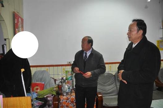20110120洪成發鄉長慰疾難民眾.jpg