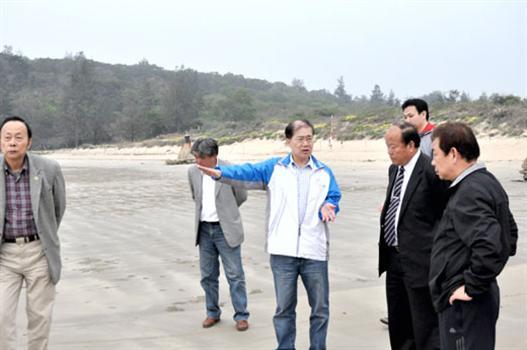 20110418-李縣長關心烈嶼建設走訪東崗聽取海水浴場規劃