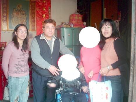 20100202福利協進會蔡水游理事長訪視弱勢.jpg
