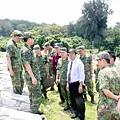 20100609張慶翔洪成發視察烈嶼軍人公墓