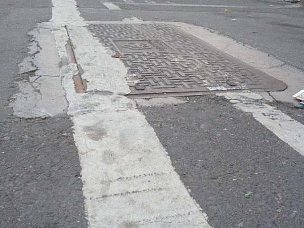 人孔蓋處因柏油鋪設不實,是最容易形成路面不平整的重要因素。