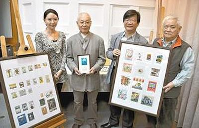 日本藏書票收藏家佐佐木敏夫(左二)為了感謝台灣對311大地震的幫助,昨將珍藏的上萬張藏書票捐給台灣文學館