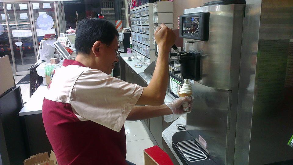 店長大哥非常不熟練的捲動著霜淇淋,他表示因為才剛賣,技術不是很好,等等形狀不好看請見諒,因為這兩天已經太多人抱怨了 XDXDXD