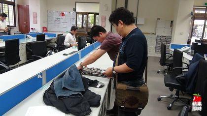 警方在林男家中查獲林買油漆穿著的衣服。劉榮輝攝