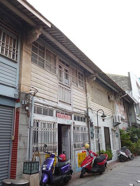 神農街上一棟上百年的老屋,一貼出出售告示,馬上吸引許多人打探。(記者林雪娟攝)