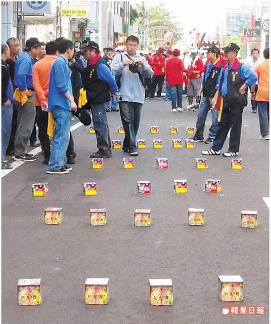 台南東區聖恩佛祖會建醮遶境活動,地上擺滿沖天炮。劉榮輝攝
